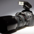"""Anders als Nikon hat es Canon bisher nicht geschafft oder gewollt, eine hauseigenen """"Vollformat""""-Kamera mit ausklappbarem Blitz auszustatten. Begründet wird das oft mit dem """"Profis brauchen keinen Ausklappblitz""""-Paradigma. Das ist […]"""